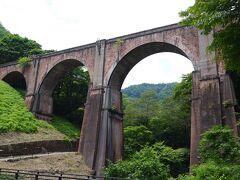 旧信越線の橋梁として、明治26年から昭和38年までのアプト式鉄道時代に使われていた国内最大のレンガ造の四連アーチは、今見ても美しい造形と思います。