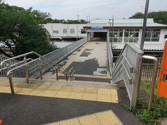 坂の途中に西武園の駅があります。 さらに上って十字路を右に曲がります。