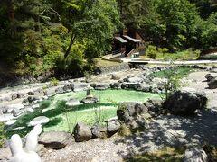 このエメラルドグリーン、温泉です。