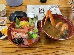 東尋坊へ到着しましたが、まずは腹ごしらえ。 ウニ丼に食指が動きかけましたが、地のものではなく北海道産ということで、パスし普通の海鮮丼にしました。味は、まぁまぁ普通だったかな?