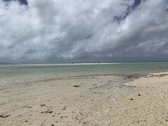 食後は自転車でコンドイビーチへ来ました 写真の奥の方に見えますが、砂浜が海の中にぽっかり浮かんでいて、歩いて行くことが出来ます  さらさらの砂ではなくすこし砂利っぽいので、ビーチシューズを持っていかれた方がいいと思います。 シュノーケルを付けて泳いでみましたが、魚はおらず、代わりに大量のナマコを見ることができました。