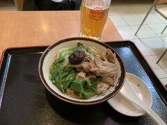 ホテルで自転車を借り、竹富島散策へ出かけました。 ホテルの近くのガーデンあさひさんでランチ、沖縄そばを頂きました、具沢山です。