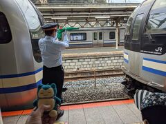 途中の逗子駅では連結シーンも見られます。後ろから増結車両がやってきて、駅員さんの手旗信号に合わせてゆっくり進み、