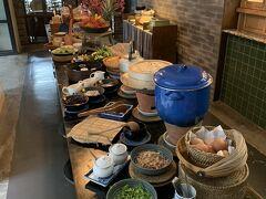 ホテルに戻って朝食。サラダや副菜はブュッフェスタイル。種類が多く、テンション上がります。
