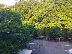 おはようございます 06:30起床 蔵王温泉ホテルオークヒル3階から見た 駐車場です 昨夜の雷雨が 嘘のようなお天気です  ここの寝具の寝心地は 普通でした