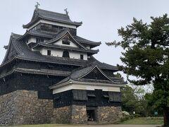 まずは松江城へ 天守閣に上がる階段の急なこと!