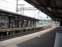 京都駅から奈良線で六地蔵まで行き、京阪の宇治線に乗り換え。  待っても待っても電車が来ない。 新幹線の方が本数多いんじゃないの? とちょっとイライラ。  毎度のことながら、関西のリズムに体を馴染ませなきゃな。 と思ったものの、イライラの原因はこの蒸し暑さとマスクだ。