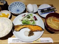 ●さち福や@天王寺MIO プラザ館  先ほどの食品サンプル、朝から頂けるわけではありません。 朝の定食は、納豆、鮭、明太子の3つから。 僕は、「鮭の炙り焼き定食」を頂きました。 ご飯、お味噌汁はおかわり自由です。