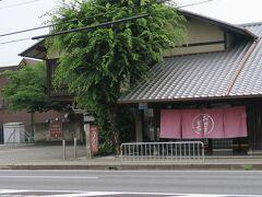 城南宮の前 一号線を挟んだ西側に【おせきもち】  たまに頂きますが、とても美味しい♪ (和菓子屋に生まれた私は、未だにお金出して和菓子を買う気になれないんですよねぇ~笑) 南方面から京都南インターに乗る方は手前にあるので、寄ってみてください! お勧めです。 (駐車場完備)