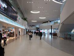 福岡空港はキレイですねー。  ただ、初めてだったので、どこに何があるか分からない~。