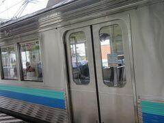 伊東線で熱海→来宮は数分。  座席が向かい合わせのふんわりシートでした。