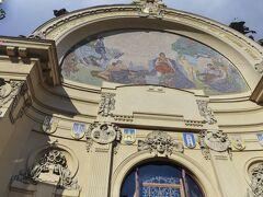 市内散策はまずホテル直ぐ傍の市民会館からスタート。正面を飾る「プラハへの賛辞」というモザイク画。