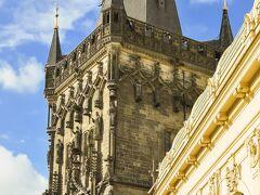 市民会館見学後、歴代の王が戴冠パレードを行ったという「王の道」に沿って、火薬塔、ツェレトゥナー通りと散策し旧市街広場に到着しました。