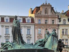 旧市街広場の中心には厳格な宗教改革者ヤン・フスの像、広場はぐるりと美しい歴史的建築物に囲まれています。この広場は映画「アマデウス」で18世紀ウイーンの代わりに撮影で使われたそうです。
