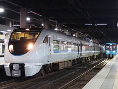 新幹線で金沢へ移動し、これより能登路を目指します。特急「能登かがり火 1号」に乗車です。。