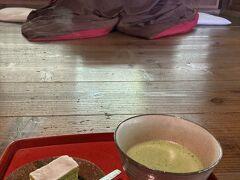 古民家カフェ「中之郷」。 お抹茶を注文すると、明日葉バームクーヘンがついてきました。