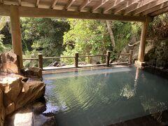 「裏見ヶ滝温泉」。 信じられますか、これが無料だと。 混浴なので、水着着用で。トイレ、着替えスペースあり。