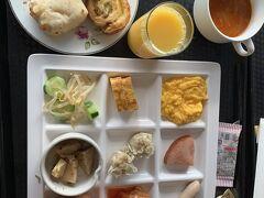 朝ごはんはブッフェでした。消毒、手袋、料理に覆い、徹底されていて安心して食事できました。