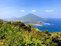 登龍峠(のぼりゅうとうげ)から見る八丈富士。 左手に見えるは八丈小島。