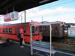 上州福島駅に着きました。 上り列車(700形:上信電鉄の旧塗色)と行き違います。側線には200形(自社発注)が留置してあります。※700形は元JR東107系
