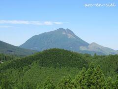 目の前の山と同じ目線の高さ。 この季節、濃緑に、深緑、薄緑、若葉色、、、数えきれないほどの緑が山を彩っています。