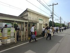 駅で降りた大量の通勤客が周辺の工場に向かって歩いて行った。