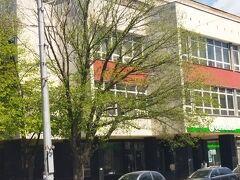バス停前の街路樹 新緑の季節になってきました。バス停前のカザンラクのメインストリートです。