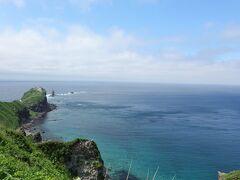 神威岬の灯台と神威岩。