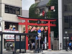 おなかがすいたので、鎌倉駅に戻って、食べ歩きスポットとして有名な小町通りに行きます。 コロナでもけっこう修学旅行風の学生が多くてにぎやかでした。 うちの娘たちは中止になってしまったけど、修学旅行は大切な思い出ですよね~