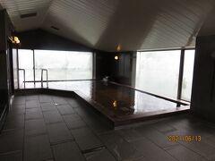 内風呂。漆塗りの浴場で天気がよければ窓の向こうに富士山を望めるとか。この日は霞んできれいに見えませんでした。