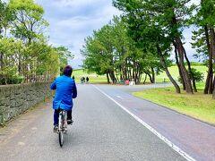 ご飯を食べた後は、博多駅から鹿児島本線と香椎線を乗り継いで、海の中道海浜公園まで行ってきました♪  少し天気が悪かったのですが、ギリギリ雨も降っていなかったので、自転車を借りて園内を回っていきます!