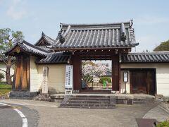 お次はすぐ近くにある法華寺です。  江戸時代中期に建造された赤門から入ります。 こちらも十一面観音菩薩立像の御開帳のようです。  ★総国分尼寺 法華寺門跡 https://hokkejimonzeki.or.jp/