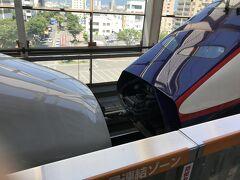 鉄道ファンに人気の福島駅での新幹線切り離し。前方車両は山形へ行くつばさ号です。鉄道ファンが写真撮影するために安全柵をきちんと設けてくれています。切り離し後すぐにやまびこ号も発車しますので乗り遅れ注意です!