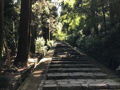 最初の観光地は瑞鳳殿です。バス停から坂を登ってしばらくしたところが入り口です。この坂も雰囲気がいいですね。