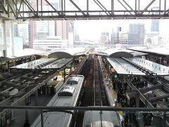 大阪駅へ到着。  迷う、とりあえず大阪駅で一通り迷いましたよw 新宿駅とかで迷うっていう人いるけど、正直「新宿駅なんて馬鹿みたいに案内出てんだから迷わんだろ・・・」な~んて心のなかで思ってたけど、あれね、馴染みのない大きな駅は案内が出てようが迷うもんは迷うのね。 これからは心を入れ替え、もう少し新宿駅で迷う人の立場に立って生きてゆこうと誓ったこの日は迷子記念日と名付けよう。