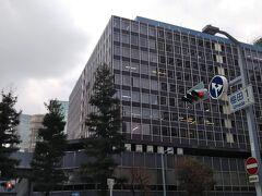 大阪駅から少し歩いてやってきました、「大阪駅前第一ビル」 この感じ「新橋駅前ビル」に似てる、良い、この昭和なビル好きなビルだわ。  新橋駅前ビルが1966年、この大阪駅前第一ビルが1970年の施工らしい。 近頃は60年代から70年代にかけてのビルの建て替えが多くなっているから、いつまでこの雄姿が見られることやら。 願わくば令和の時代も残してほしいものね。