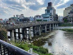 バスを京阪三条で下車。久しぶりに見る鴨川です。 緊急事態宣言下の京都のため、繁華街へは行かず飲まず食わず、 誰とも話さず早めに大阪へ戻りました。 早くコロナから解放されたいニャ~(=^・^=)  パート2へ続く…。