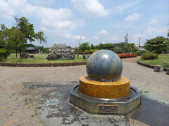 次は、かがの公園です。加賀野小学校に隣接しています。公園の目玉は、重さ1.9トンの石の玉が浮き上がって回転する「浮石」です。世界でも珍しい不思議なモニュメントの様です。こんなに重いのに、小さな子どもの力でも、簡単に回転の方向を変えることができます。回転している様は自転する地球のようにも見えます。ミニチュア版USJっぽいです。