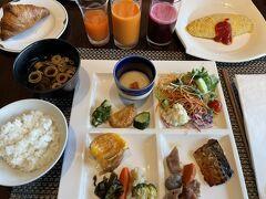 朝食はホテル3階のシェフズ ライブ キッチンでのビュッフェです。  和食を中心にチョイス。 スムージーの種類が豊富でした♪