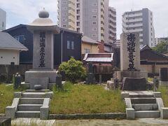 頭山満と来島恒喜(大隈重信に爆弾を投げつけて重症を負わせた人物)の墓