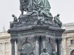マリア・テレジア広場に立つ彼女の像です。言わずと知れた末娘マリー・アントワネットの母親であり、オーストリア女大公です。重臣たちの騎馬像を台座に従えた彼女の姿は実に堂々としています。