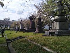 一段高い場所に墓石が整然と並んでいる。  当初の墓所は現在の5倍以上あったが戦災で焼失、戦後に改葬、合祀され縮小された。新たに北側に土を盛り墓所を築造。なお、長政の墓碑などはこの時に新しく作られた。後にまた再整備され、門(藤水門)、案内看板などが新しく設置された。(ウィキペディア)