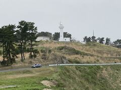 海寄りの道をドライブしながら鮫角灯台へ。昭和13年に建てられた丸い灯台。