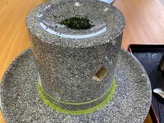福寿園宇治茶工房で抹茶を挽く体験をしました。石臼の中央の穴から茶葉を落として挽く仕組みです。石臼は販売もしていましたが、3万円しました。ところで茶香炉あんまり見ないな。