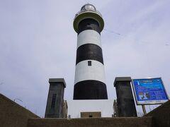 隣に灯台。