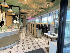 静岡県御殿場市『御殿場プレミアム・アウトレット』ヒルサイド 【LADUREE】  2020年6月1日にオープンしたマカロン【ラデュレ】 御殿場プレミアム・アウトレット店の店内の写真。  天井のフラワー型ライトやイートインスペースなど可愛らしい造りです。  マカロン・パリジャンを生み出し、パリのサロン・ド・テの 歴史を創り上げた、1862年創業の老舗パティスリーメゾン。 Fablicant de douceurs(美食の作り手)として、 世界中の人々を魅了し続けています。