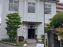 酒泉館では、賀茂泉酒造の酒が常時20種以上飲み比べられる喫茶コーナーがあり、お酒を使ったスイーツも楽しめます。