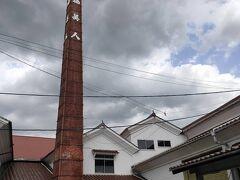 大正6年創業の「福美人酒造」は、全国の酒造業者らの出資によりできた蔵元です。「西條酒造学校」と呼ばれ、この蔵元で優秀な杜氏を育てては全国へ送り出してきました。赤レンガの煙突の高さは27mと西条で一番の高さです。