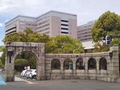 九大病院入口のアーチ