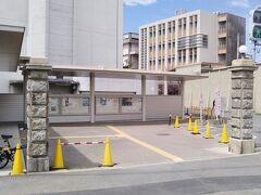 地下鉄箱崎線・馬出九大病院前駅の近くにも古い門柱が遺されている。